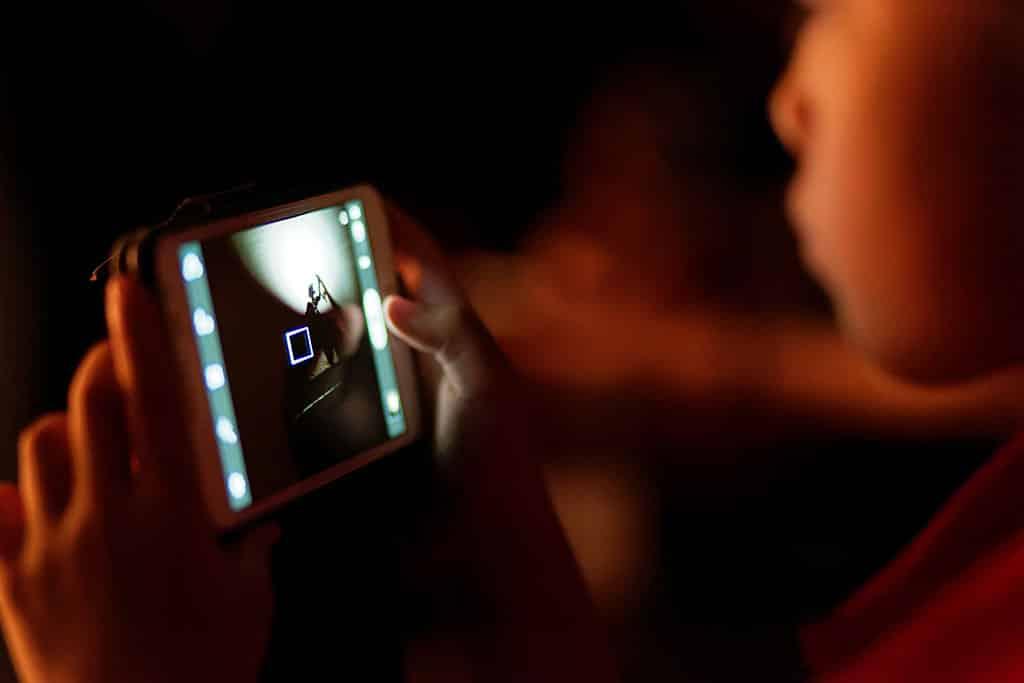 Usar el móvil antes de dormir puede retrasar la conciliación del sueño