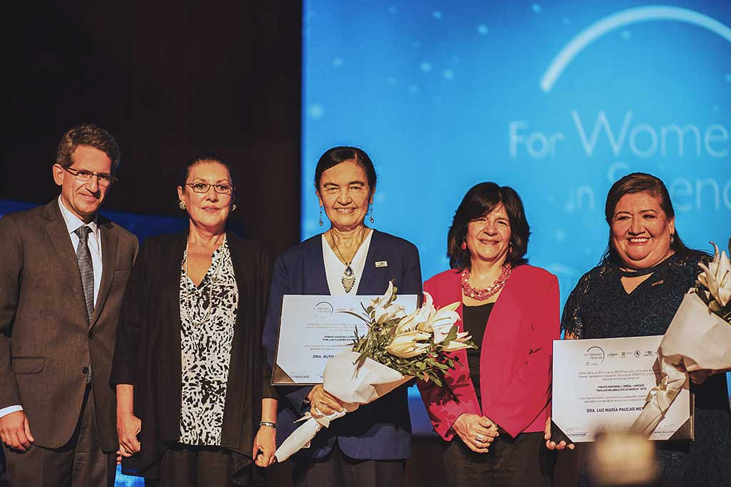 Luz Paucar y Ruth Shady reciben premio por su reconocida trayectoria científica