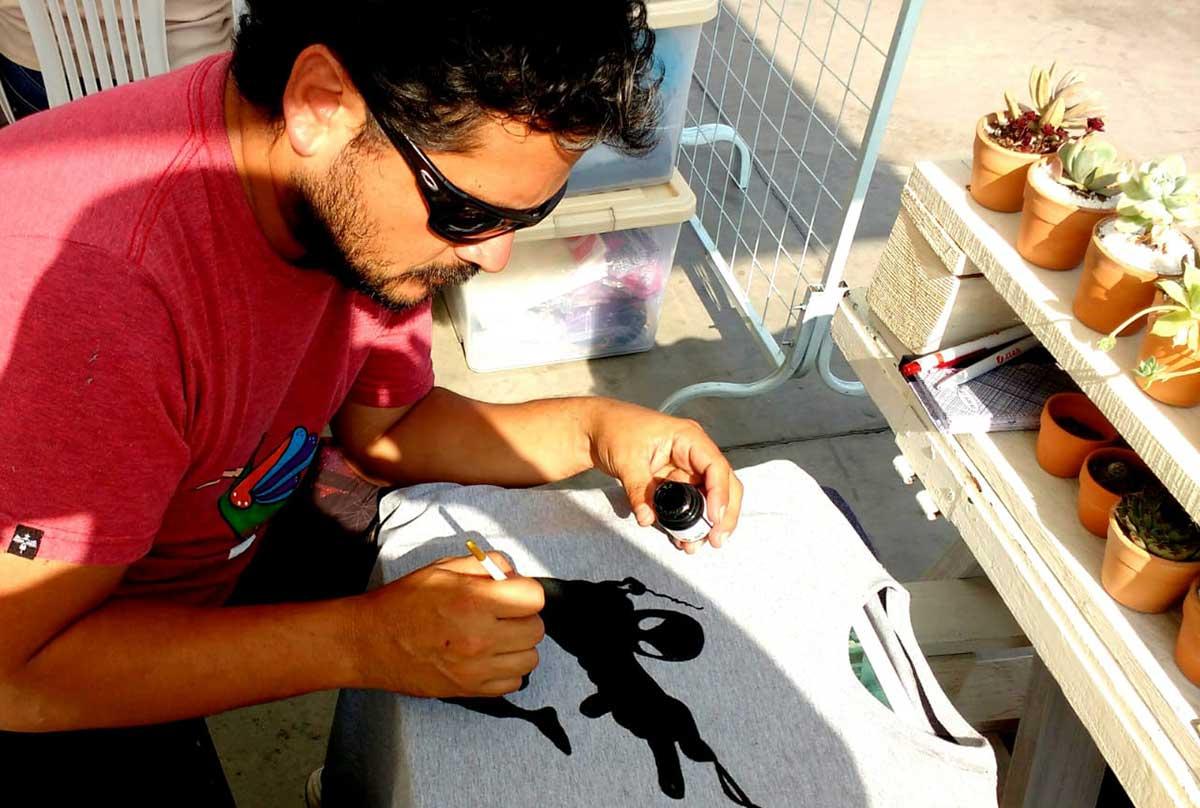 Artista peruano Giancarlo Viccina recicla papel para convertirlo en originales adornos