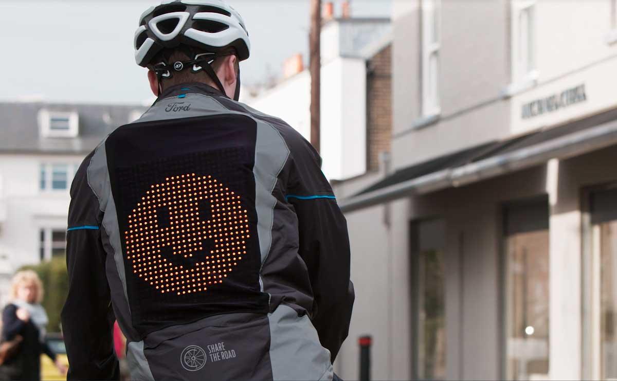 Ford crea una casaca con emojis para ciclistas