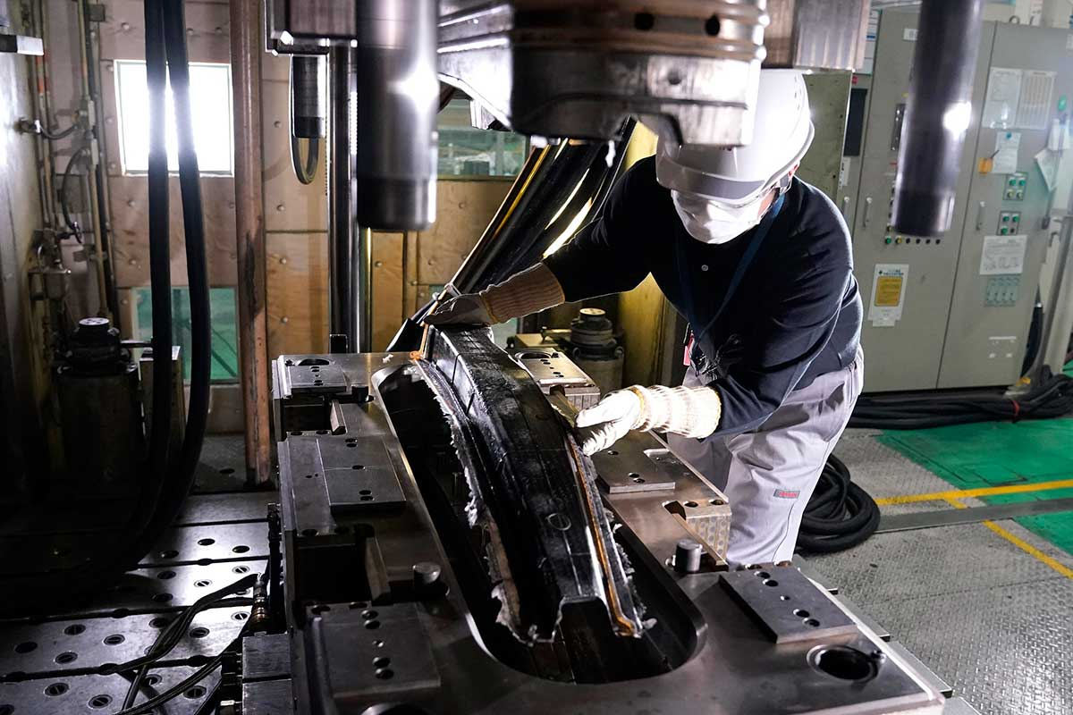 Nissan logra importantes avances en la producción de piezas de fibra de carbono